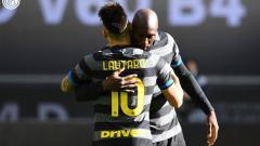 Indosport - Striker Inter Milan, Romelu Lukaku, merayakan gol ke gawang Genoa dalam pertandingan Serie A Italia, Minggu (28/2/21).