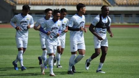 Persib Bandung menggelar latihan perdana untuk persiapan mengarungi musim 2021, di Stadion Gelora Bandung Lautan Api (GBLA), Kota Bandung, Senin (01/03/21). - INDOSPORT