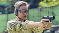 Indosport - Azka Corbuzier saat latihan menembak.