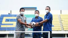 Indosport - Penyerahan simbolis perlengkapan latihan dari manajemen PSIS ke direktur akademi PSIS pada saat launching PSIS Development di Stadion Citarum.