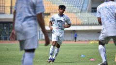 Indosport - Bayu Mohamad Fiqri, saat latihan perdana di Persib Bandung, Senin (01/03/21).