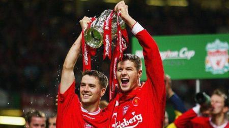 Dua bintang Liverpool, Michael Owen dan Steven Gerrard, mengangkat trofi Piala Liga Inggris usai mengalahkan Manchester United di final, 2 Maret 2003 - INDOSPORT