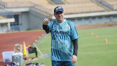 Pelatih Persib Bandung, Robert Rene Alberts, belum bisa memastikan timnya akan membawa pemain anyar lainnya selain Ferdinand Sinaga di Piala Menpora 2021. - INDOSPORT