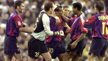 Pemain Barcelona mengerubungi Rivaldo usai membobol gawang Real Madrid dalam pertandingan LaLiga Spanyol, 3 Maret 2001. - INDOSPORT