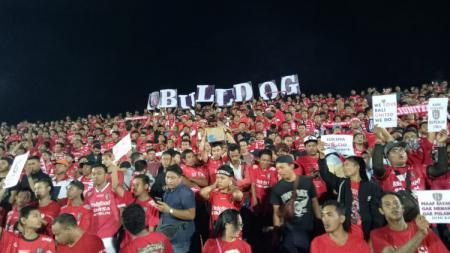 Semeton Dewata Bulldog saat memberikan dukungan pada Bali United di Stadion Kapten I Wayan Dipta, Gianyar. - INDOSPORT
