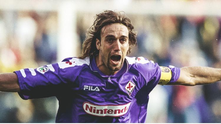 Batistuta saat merayakan gol bersama Fiorentina Copyright: twitter.com/acffiorentinaen