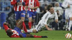 Indosport - Aksi striker Real Madrid, Antonio Cassano, dalam pertandingan LaLiga Spanyol kontra Atletico Madrid, 4 Maret 2006.