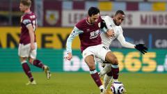 Indosport - Dwight McNeil (Burnley) dan Ricardo Pereira (Leicester City) saling berebut bola.