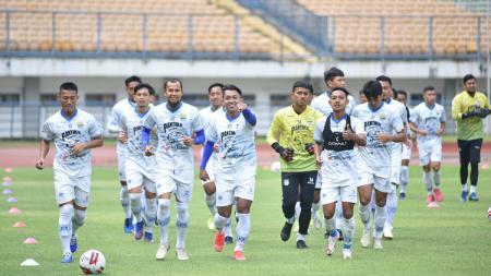 Latihan pemain Persib di Stadion GBLA, Kota Bandung, Rabu (03/03/21). - INDOSPORT