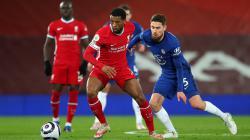 Georginio Wijnaldum (Liverpool) mendapatkan pressing ketat Jorginho (Chelsea).