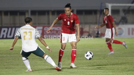 Pemain Timnas U-23, Hanif Sjahbandi, berhadapan dengan pemain Tira Persikabo, Wawan Febrianto. (Foto: Herry Ibrahim/INDOSPORT).
