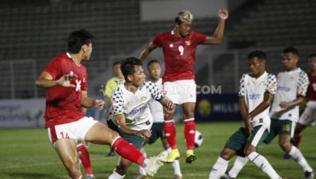 Para pemain Timnas U-23 dan Tira Persikabo saling berebut bola. (Foto: Herry Ibrahim/INDOSPORT).