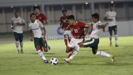 Perebutan bola antara pemain Timnas Indonesia U-23 dengan pemain Tira Persikabo. (Foto: Herry Ibrahim/INDOSPORT).