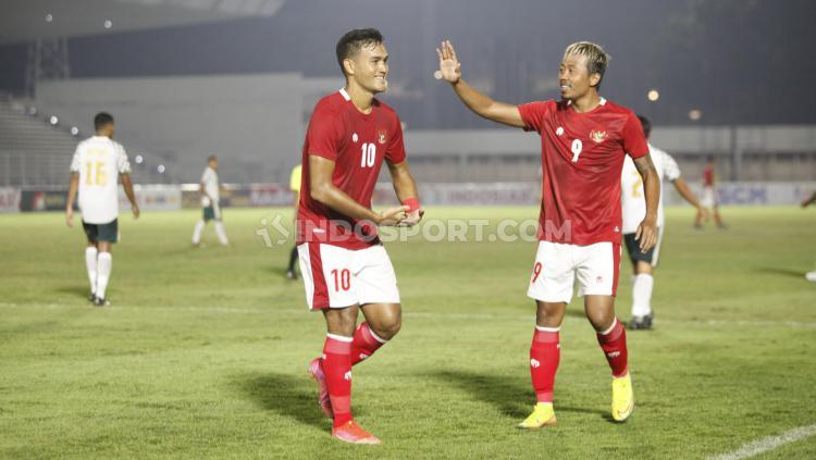 M. Raflo dan Kushedya Hari Yudo melakukan selebrasi gol bersama. Copyright: Herry Ibrahim/INDOSPORT