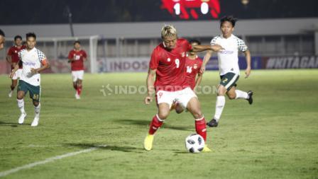Kushedya Hari Yudo saat menguasai bola di laga melawan Tira Persikabo. (Foto: Herry Ibrahim/INDOSPORT).