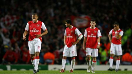 Bintang Arsenal, Thierry Henry, tertunduk lesu usai gagal mengalahkan PSV Eindhoven dalam pertandingan Liga Champions, 7 Maret 2007. - INDOSPORT