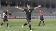 Indosport - Selebrasi striker timnas Indonesia U-23, Kushedya H Yudo, saat berhasil mencetak gol ke gawang Bali United di Stadion Madya Senayan, Minggu (7/3/21) malam WIB.