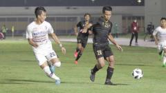 Indosport - Osvaldo Haay (kanan) pada Pertandingan uji coba Timnas Indonesia U-23 vs Bali United di Stadion Madya Senayan, Minggu (07/03/21).