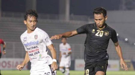 Pertandingan uji coba timnas Indonesia U-23 vs Bali United di Stadion Madya Senayan, Minggu (7/3/21). - INDOSPORT