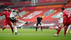Indosport - Momen Mario Lemina (Fulham) mencetak gol ke gawang Liverpool