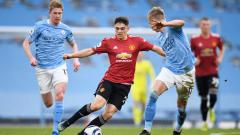 Indosport - Daniel James berduel dengan Zinchenko dan De Bruyne di laga Man City vs Man United.