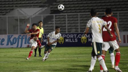 Proses tendangan ke gawang Persikabo yang dilesatkan Kadek Agung dan menghasilkan gol bagi Timnas U-23. - INDOSPORT