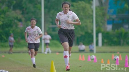 Timnas wanita Indonesia saat menggelar latihan perdana di Lapangan D Senayan, Jakarta, Senin (08/03/21). - INDOSPORT