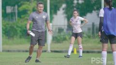 Indosport - Timnas Wanita Indonesia menggelar latihan perdana di Lapangan D Senayan, Jakarta, Senin (08/03/21).