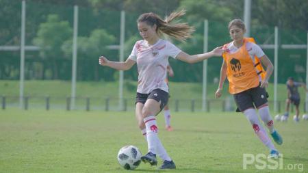 Sabreena Dressler (kiri) saat mengikuti TC timnas Indonesia putri di Lapangan D Senayan, Jakarta, Senin (08/03/21). - INDOSPORT