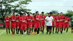 Indosport - Budiardjo Thalib (putih) di latihan perdana PSM Makassar di Bosowa Sport Center (BSC), Makassar, Minggu (07/03/21) sore.
