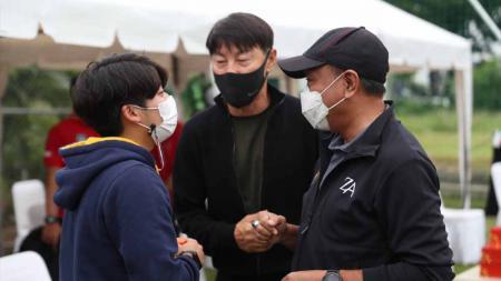 Shin Tae-yong berbincang dengan Menpora Zainudin Amali. - INDOSPORT
