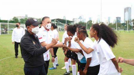 Menpora Zainudin Amali dan Ketum PSSI Mochamad Iriawan saat berjumpa pemain Timnas Wanita Indonesia. - INDOSPORT