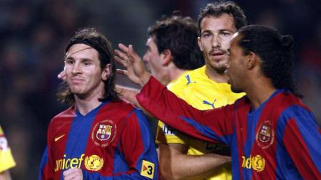 Dua bintang Barcelona, Lionel Messi dan Ronaldinho, dalam pertandingan LaLiga Spanyol.. - INDOSPORT