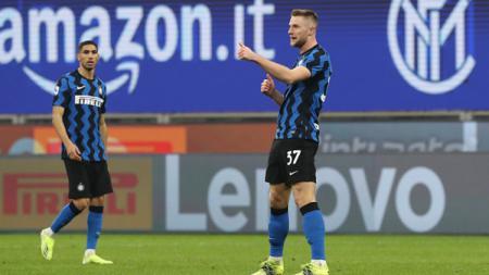 Milan Skriniar merayakan golnya untuk Inter Milan ke gawang Atalanta. - INDOSPORT
