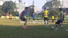 Indosport - Calon pemain PSMS Medan menjalani latihan rutin di Stadion Mini Kebun Bunga, Medan, Senin (08/03/21) sore.