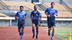Indosport - Nick Kuipers (kanan) saat berlatih bersama pemain Persib lainnya di Stadion GBLA, Kota Bandung, Senin (9/3/21).