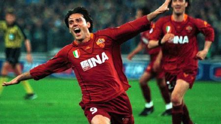 Selebrasi striker AS Roma, Vincenzo Montella, usai menjebol gawang Lazio dalam pertandingan Serie A Italia, 10 Maret 2002. - INDOSPORT