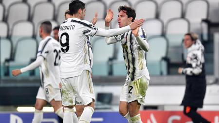 Federico Chiesa berselebrasi bersama Alvaro Morata setelah mencetak gol kedua Juventus. - INDOSPORT