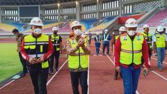 Indosport - LIB didampingi oleh Walikota Solo, Gibran Rakabuming Raka meninjau kesiapan Stadion Manahan Solo sebagai salah satu tuan rumah Piala Menpora 2021.