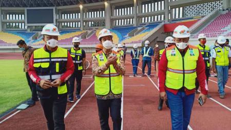 LIB didampingi oleh Walikota Solo, Gibran Rakabuming Raka meninjau kesiapan Stadion Manahan Solo sebagai salah satu tuan rumah Piala Menpora 2021. - INDOSPORT