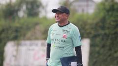 Indosport - Pelatih merangkap manajer, Rahmad Darmawan, memimpin latihan Madura United menjelang Piala Menpora 2021.