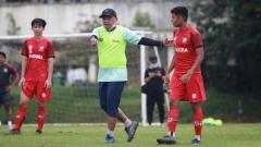 Indosport - Pelatih Rahmad Darmawan, memimpin latihan Madura United menjelang Piala Menpora 2021 beberapa waktu lalu.