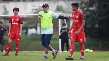 Pelatih Rahmad Darmawan, memimpin latihan Madura United menjelang Piala Menpora 2021 beberapa waktu lalu. - INDOSPORT