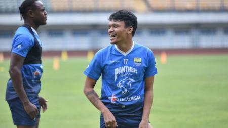 Pemain anyar Persib, Ferdinand Sinaga, mulai berlatih dengan tim di Stadion GBLA, Kota Bandung, Kamis (11/03/21). - INDOSPORT