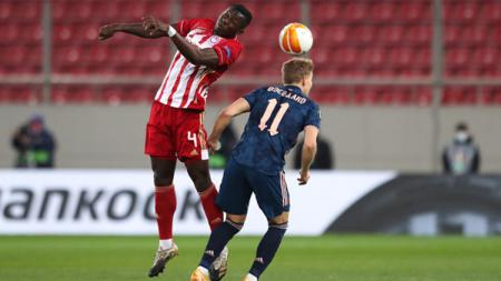 Mohamed Camara (kiri) dan Martin Odegaard (kanan) dalam laga Olympiakos vs Arsenal di babak 16 besar Liga Europa 2020/21. - INDOSPORT