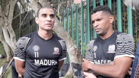 Beto Goncalves (kanan) berperan ganda sebagai penerjemah di Madura United. - INDOSPORT