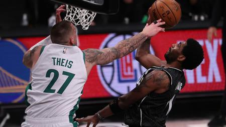 Kyrie Irving #11 (Brooklyn Nets) dan Daniel Theis #27 (Boston Celtics). - INDOSPORT