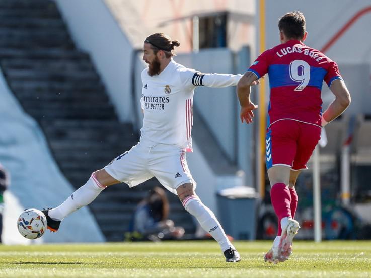 Aksi Sergio Ramos di laga Real Madrid vs Elche Copyright: twitter.com/realmadrid