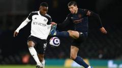 Indosport - Aksi Ademola Lookman di laga Fulham vs Man City.