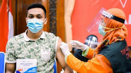 Rachmat Irianto saat menjalani vaksinasi Covid-19 tahap kedua di Ruang Binaloka Kantor Gubernur Jawa Timur pada Sabtu (13/03/21). - INDOSPORT
